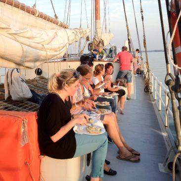 Samen eten op het dek