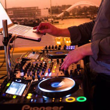 DJ aan Boord