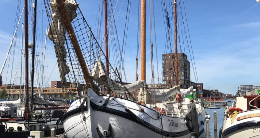 De Titaan weer veilig op haar vertrouwde plekje in de haven van IJburg