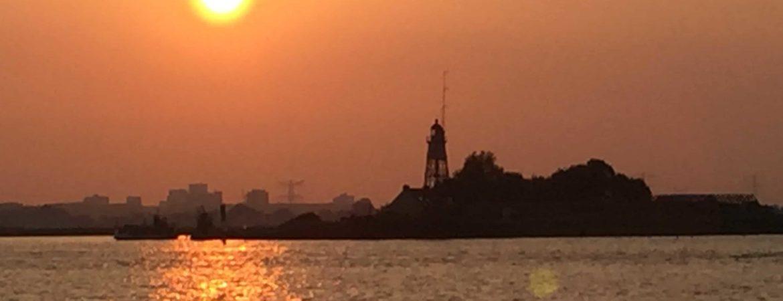 Vuurtoren van Durgerdam in de ondergaande zon